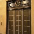 エレベーターの中の「緊急呼び出しボタン」はどこにつながる?